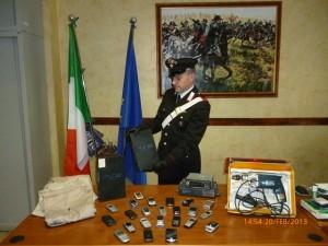 Il materiale sequestrato dai carabinieri di Pinerolo