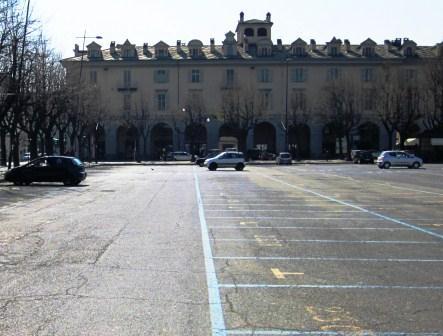 A Pinerolo, per le spese natalizie, parcheggio gratis in piazza Fontana