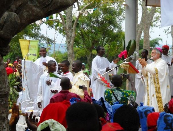 Mons. Rino Perin mentre celebra la messa nella sua diocesi