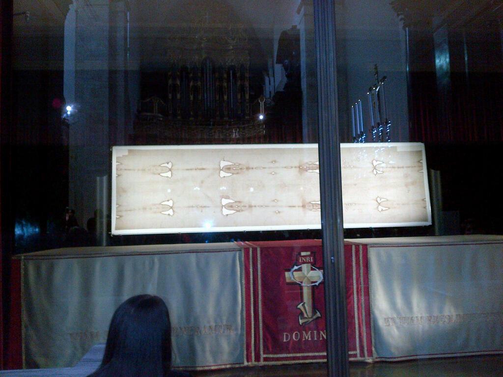 Ostensione televisiva della Sindone: la preghiera di fronte al Volto