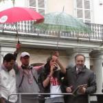 La consegna del gagliardetto del Giro al sindaco di Pinerolo Eugenio Buttiero (Foto Nicolò Mosca)