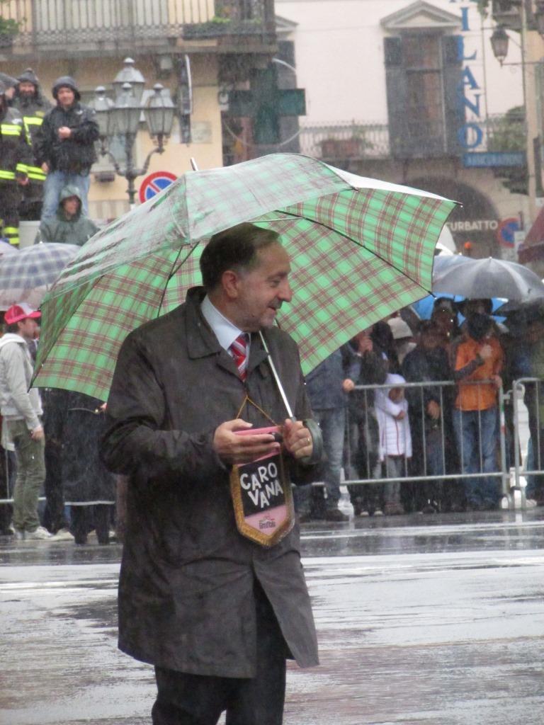 Eugenio Buttiero sul traguardo volante di Pinerolo con il gagliardetto del Giro (Foto Nicolò Mosca)