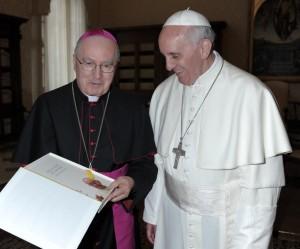 """Monsignor Pier Giorgio Debernardi consegna a Papa Francesco il libro """"Dalla fine del mondo"""""""