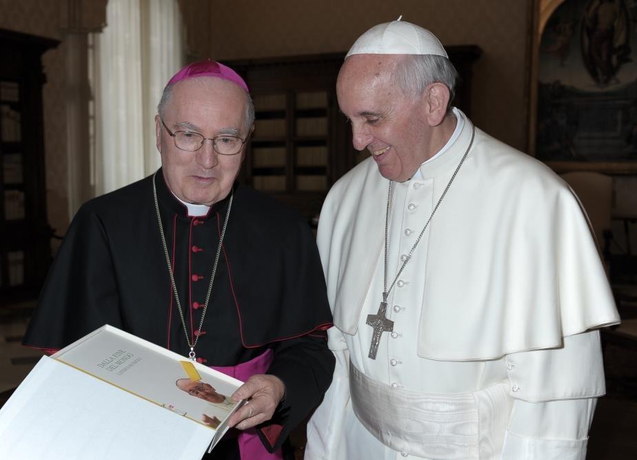 """Il vescovo di Pinerolo dona al papa il libro """"Dalla fine del mondo"""""""