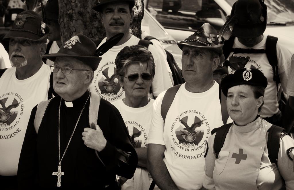 Il vescovo in marcia con gli alpini