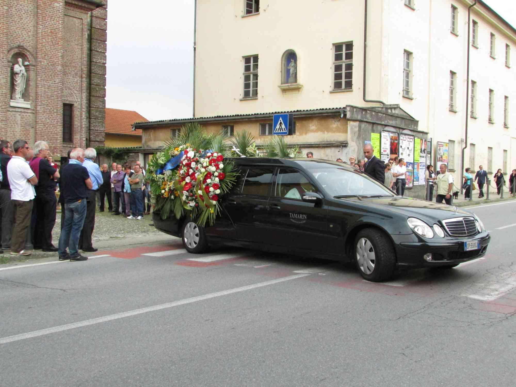 Celebrati i funerali del barista ucciso a Pinerolo
