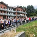 Il serpentone dei manifestanti in marcia verso Pomaretto