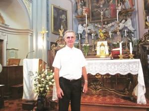 Padre Rodolfo Bianciotti all'interno della chiesa di Cantalupa