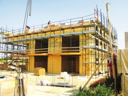Le costruzioni in legno massiccio (x-lam) costituiscono un'alternativa valida ed economica al tradizionale mattone (Foto Wood Cape srl)