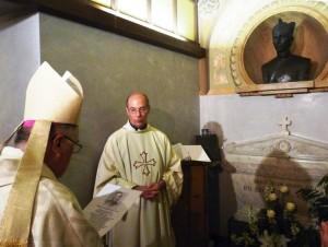 Padre Alan Hall con il Vescovo di fronte alla tomba del Lanteri