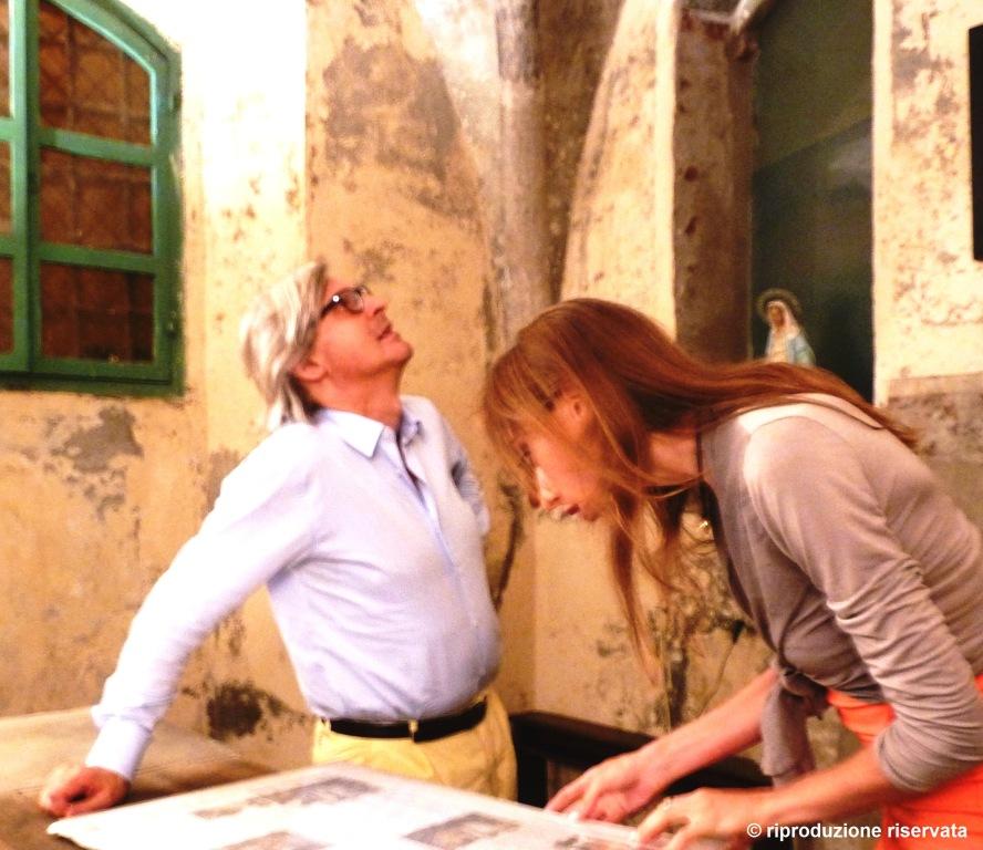 Blitz notturno di Sgarbi per gli affreschi di Cercenasco