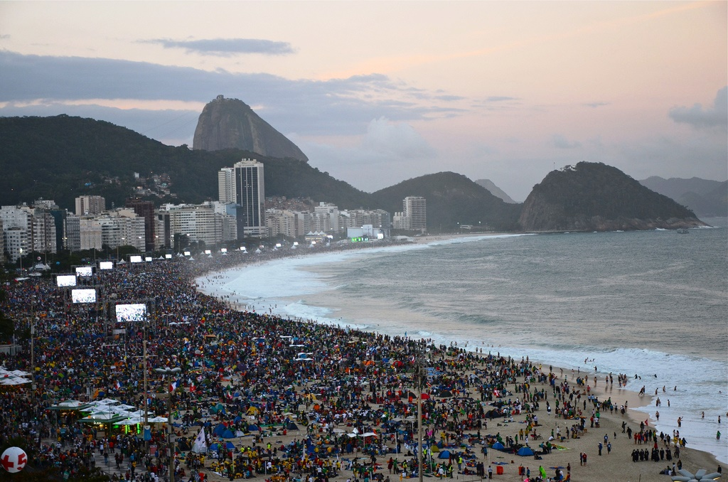 A Copacabana un oceano di cuori giovani