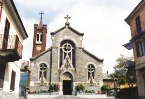 La facciata principale della chiesa parrocchiale Sacro Cuore di Luserna San Giovanni