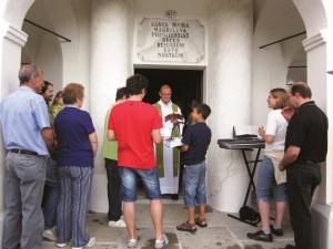 Don Arkadius durante un momento di celebrazione in comunità