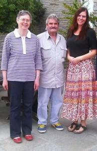 Da sinistra Kathy (nipote di uno dei piloti scomparsi sul Freidour) con il marito Michael e la figlia Nicole Hind