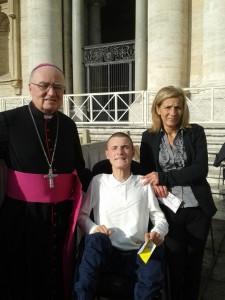 Il Vescovo di Pinerolo con Michael e la mamma, in piazza San Pietro