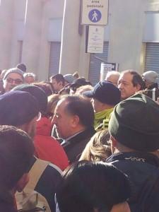 Il sindaco di Pinerolo, Eugenio Buttiero, accerchiato dai manifestanti