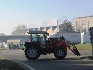 Un trattore blocca la rotonda di Buriasco (ore 12:10)