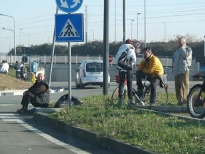 Il blocco nella rotonda di via Martiri a Pinerolo (ore 13:15)