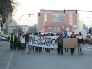 """Il gruppo di manifestanti cosidetti """"forconi"""" verso il municipio di Pinerolo"""