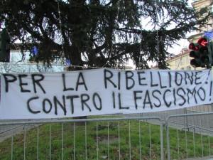 Lo slogan del presidio antifascista in piazza Facta