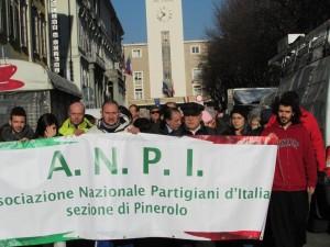 Mercoledì 11 dicembre: davanti al municipio di Pinerolo parte un piccolo corteo dell'ANPI