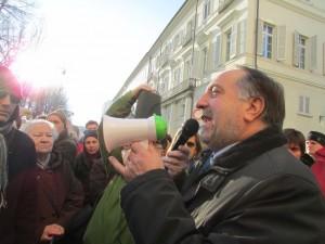 Mercoledì 11 dicembre: davanti al municipio di Pinerolo parla il sindaco Buttiero