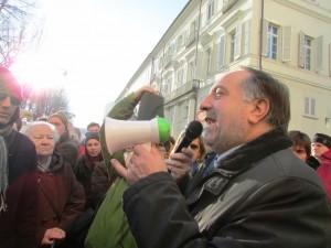 Il sindaco Buttiero parla ai manifestanti dell'Anpi