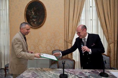 Il Presidente provinciale della Cia di Torino Roberto Barbero consegna le firme  al Vicepresidente del Consiglio regionale Fabrizio Comba