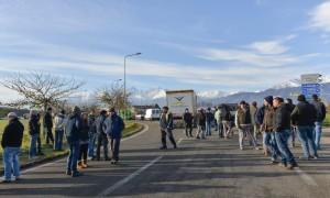 Blocco alla rotonda di Buriasco (Foto Molinero)
