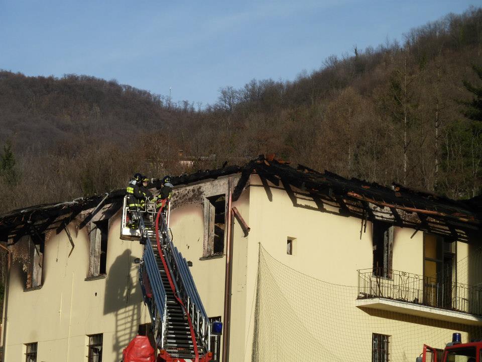 [ Photogallery ] Un incendio ha distrutto la casa parrocchiale di Porte