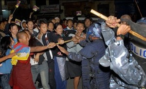 La polizia cinese contro i manifestanti tibetani
