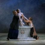 """Nel video """"Emergence"""" (P. Getty Museum, Los Angeles) l'artista statunitense Bill Viola rappresenta il momento in cui Cristo esce dalle acque della Pasqua per incontrare la Chiesa"""