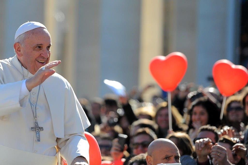 Papa Francesco festeggia San Valentino insieme a 20.000 fidanzati in piazza San Pietro: