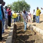 Moussa mostra le tecniche di preparazione ai partecipanti al Corso Slow Food