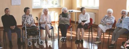 """Giornalisti per un giorno: gli alunni dell'IMI intervistano """"i nonnini"""" della Casa dell'Anziano"""