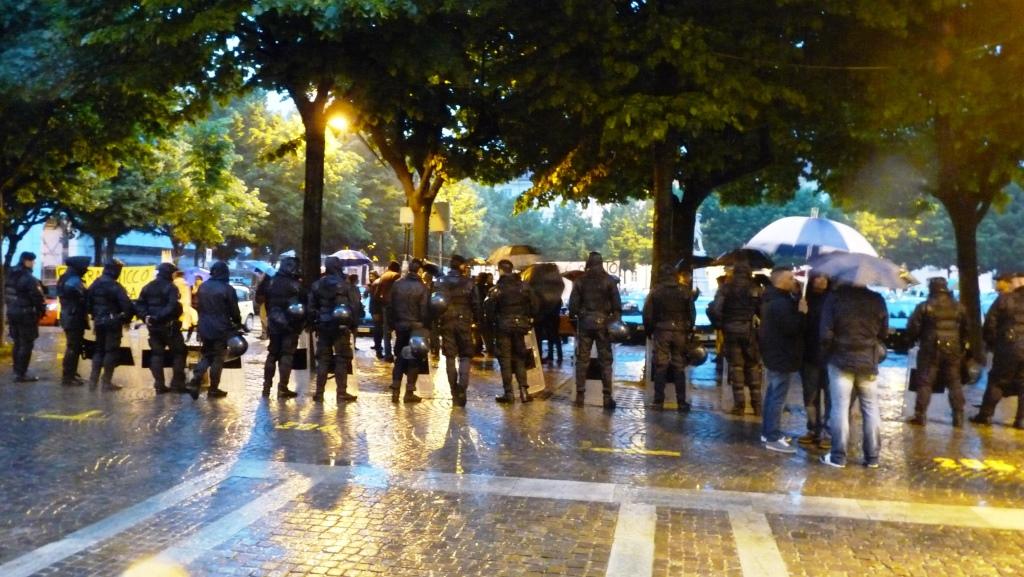 I NoTAV davanti al Teatro Sociale di Pinerolo: odio per Caselli