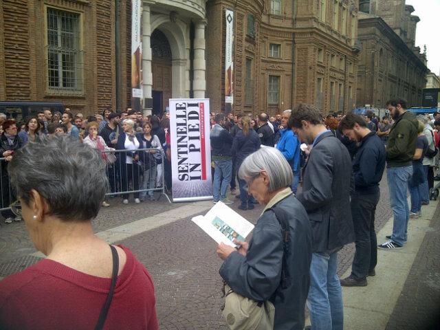 Cronache dallo spazio pubblico: la veglia, l'assedio e i giornali contro