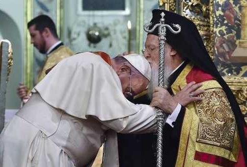 Papa Francesco a Istanbul: dal dialogo sincero con i musulmani al bacio da cristiani