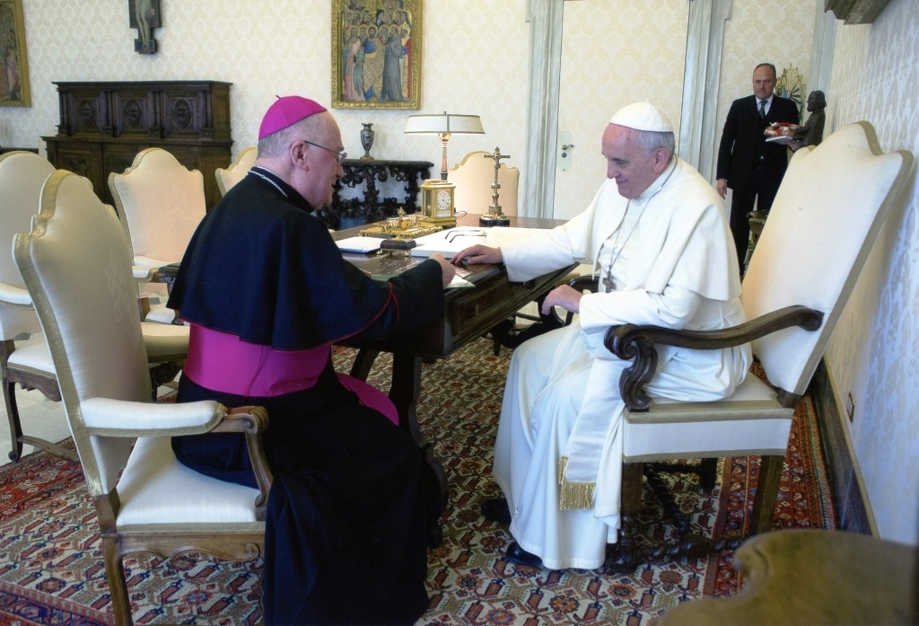 Il Vescovo di Pinerolo ha consegnato a Papa Francesco la lettera del Sinodo Valdese