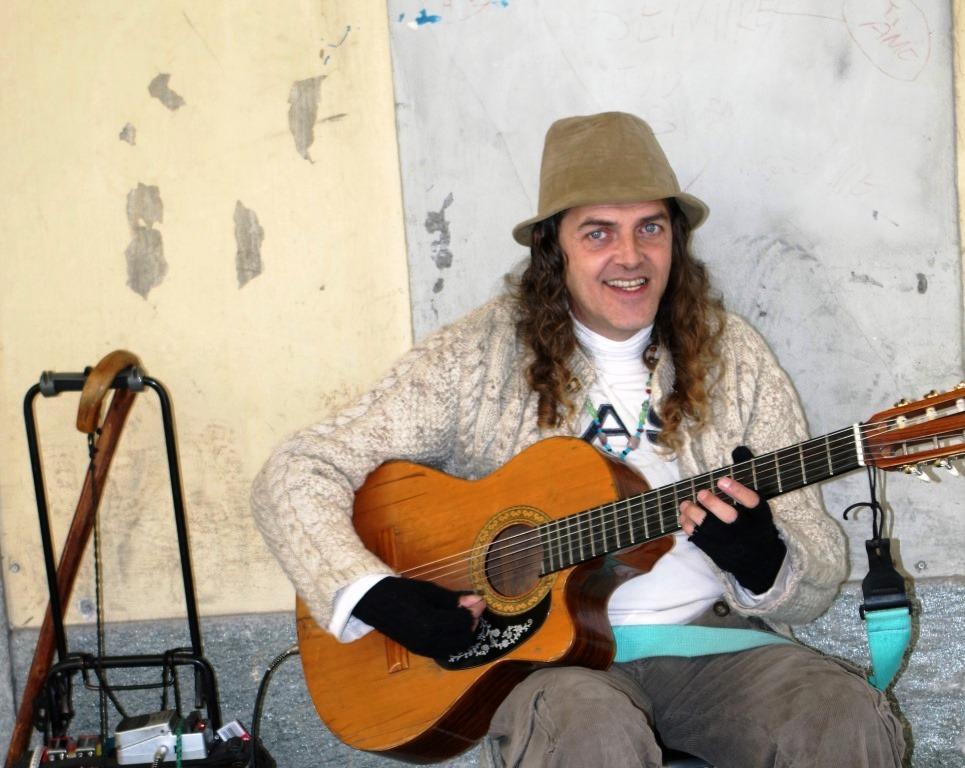 Un suono di chitarra nelle vie del centro