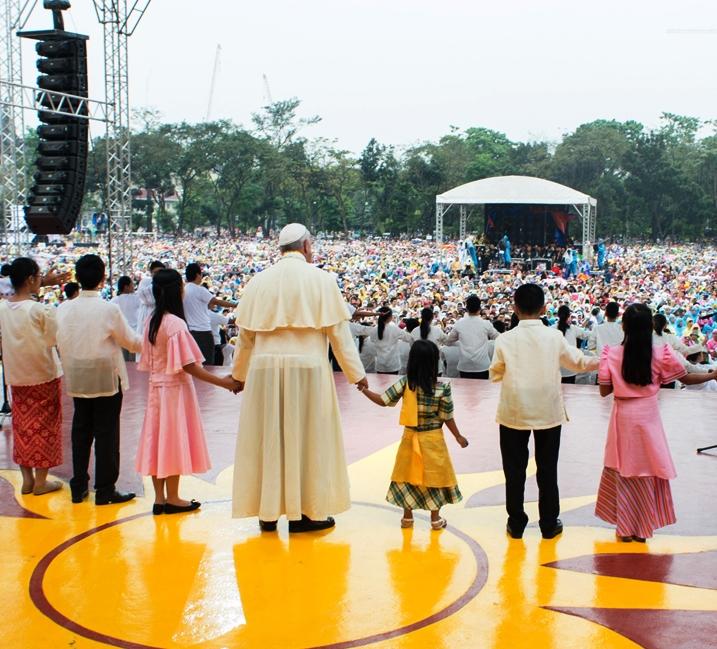 Papa Francesco ai giornalisti: un figlio è un tesoro