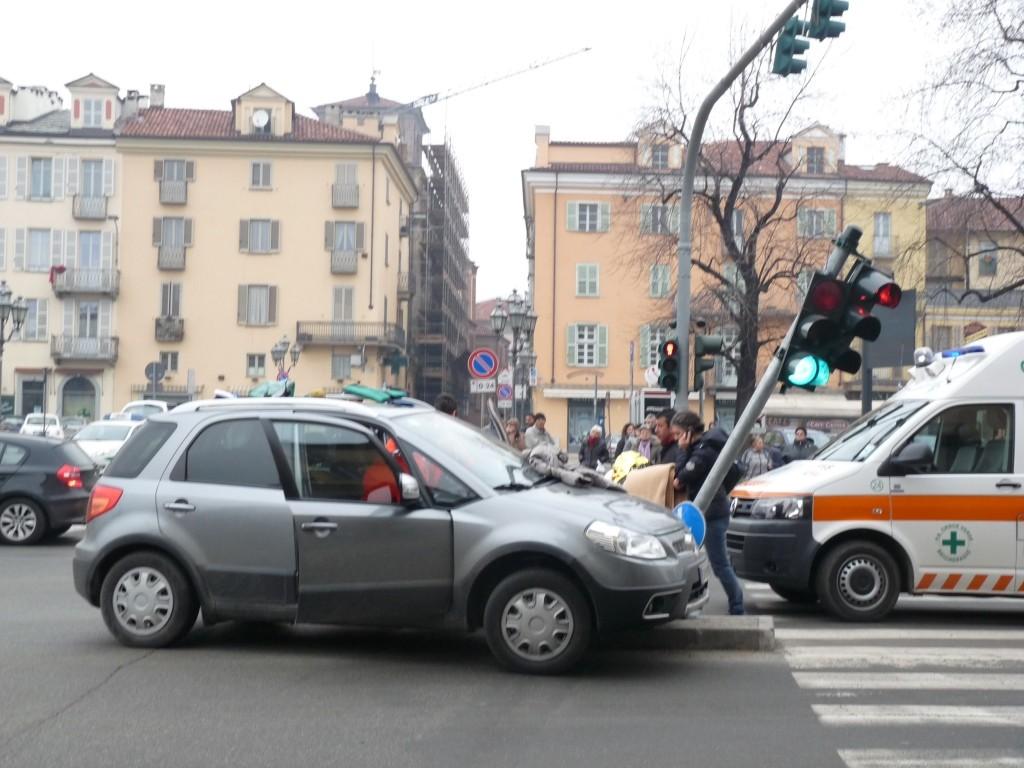 Incidente a Pinerolo, auto contro semaforo in piazza Cavour