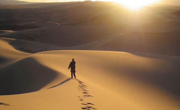 figure-walking-in-the-desert[1]