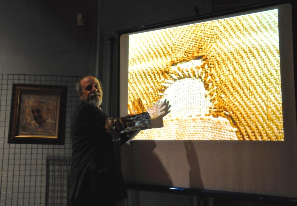 [photogallery] A Pinerolo Barberis ha presentato l'ostensione della Sindone
