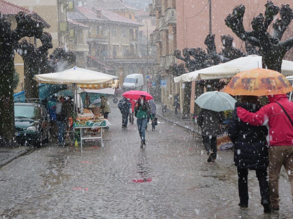 """[ photogallery ] A Perosa """"Erbe in Fiera""""  sotto la neve"""