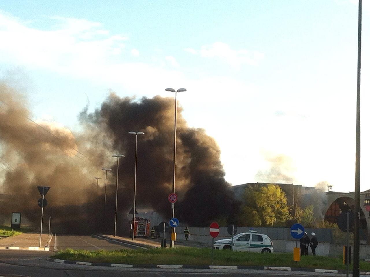L'incendio agli ex mercati generali di Torino (foto Simona Mensa)