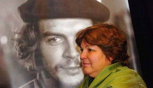 Aleida Guevara accanto ad una foto del padre