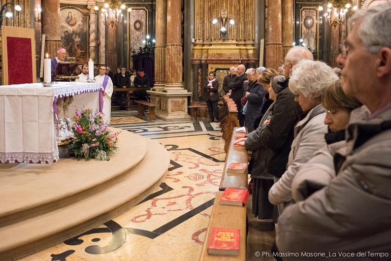 """Tunisi. Nosiglia a funerali vittime: """"Chi sceglie la via del sangue non vincerà mai"""""""