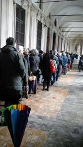 La lunga coda silenziosa di cittadini in attesa di entrare nel Comune di Torino per rendere omaggio alle vittime del terrorismo